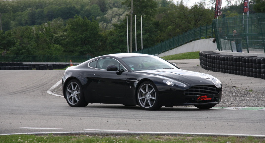 Guidare una Aston Martin in pista